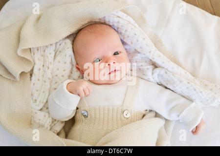 Babymädchen liegen auf Bettwäsche - Stockfoto