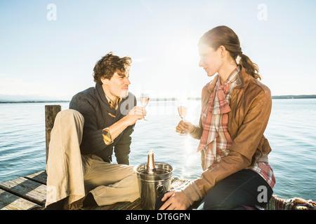 Paar, toasten, mit Champagner, Starnberger See, Bayern, Deutschland - Stockfoto