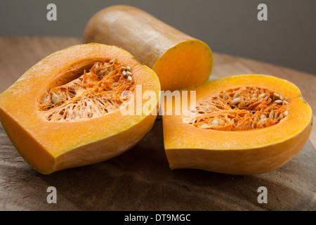 Butternut-Kürbis (Cucurbita Moschata)-in zwei Hälften geschnitten - Stockfoto