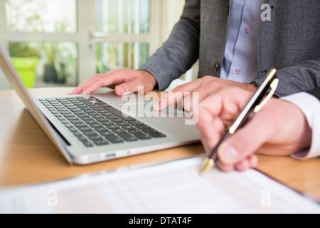Nahaufnahme der beiden Hände Geschäftsleute arbeiten zusammen im Büro mit laptop - Stockfoto