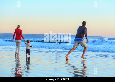 Familie und Kleinkind Sohn spielt am Beach, San Diego, Kalifornien, USA - Stockfoto