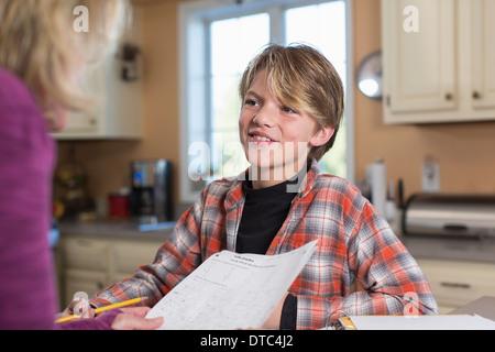 Junge lächelnd in Küche - Stockfoto