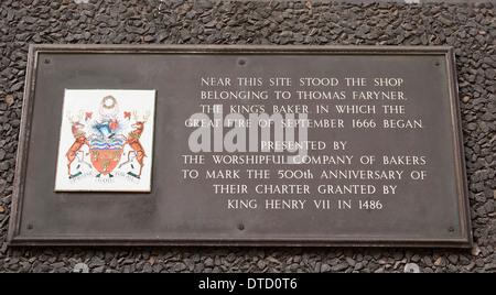 Plakette markiert die Stelle, wo der große Brand von London 1666 begann. - Stockfoto