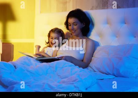 Tochter und Mutter sind glücklich zusammen - Stockfoto
