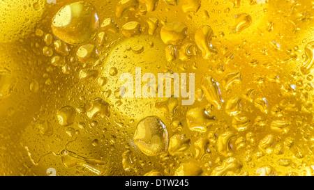 Ein leuchtend bunte Hintergrundbild von Wassertropfen auf einer Glasoberfläche - Stockfoto