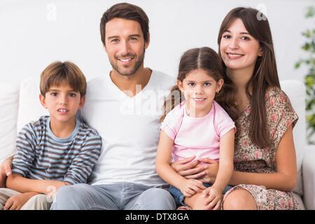 Glückliche Familie auf der couch - Stockfoto