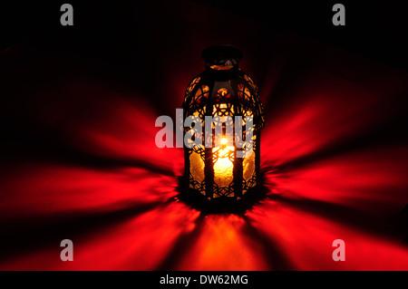 Arabische Lampe mit schönen Lichtern im Hintergrund - Stockfoto