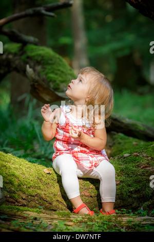 Kleines Mädchen im Wald - Stockfoto