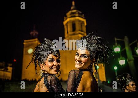 Sitges, Spanien. 2. März 2014: Zwei Nachtschwärmer tanzen vor Sitges Kirche während der Karnevalsumzug. Bildnachweis: - Stockfoto