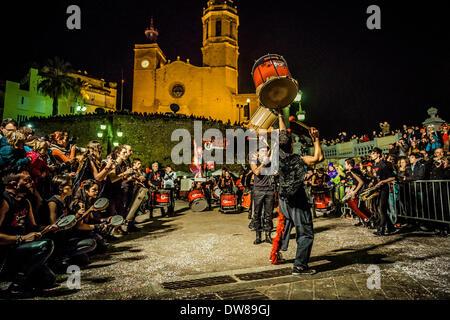 Sitges, Spanien. 2. März 2014: Eine Trommel-Band führt, während der Sonntag-Parade der Karneval in Sitges Credit: - Stockfoto