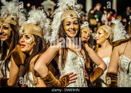 Sitges, Spanien. 2. März 2014: Nachtschwärmer tanzen während der Parade Sonntag des Karnevals in Sitges Credit: - Stockfoto