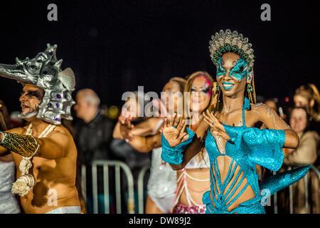 Sitges, Spanien. 2. März 2014: Camilla, Königin des Karnevals Sitges 2013, tanzt, während der Sonntag Karnevalsumzug - Stockfoto