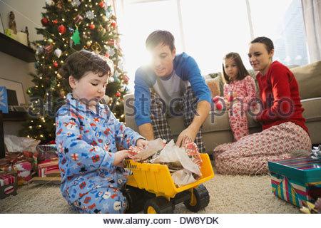 Vater und Sohn spielen mit LKW zu Weihnachten - Stockfoto