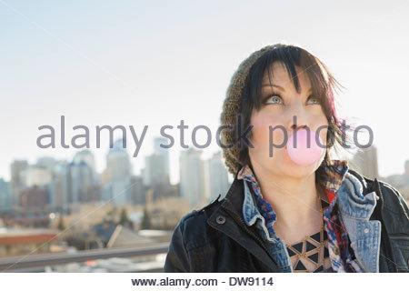 Frau bläst Kaugummi im freien - Stockfoto