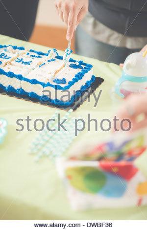 Nahaufnahme von Reife Frau Geburtstagskuchen schneiden - Stockfoto
