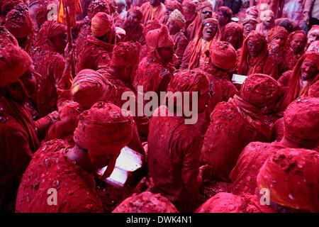 Barsana, Indien. 8. März 2014. In einem Zeitalter lobt die Alter Tradition der Männer aus dem benachbarten Dorf - Stockfoto