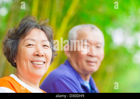 asiatische Senior Brautpaar im park - Stockfoto