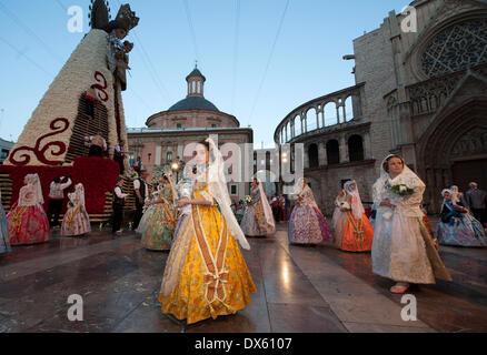 Valencia, Spanien. 18. März 2014. Mädchen in Tracht sind während der Fallas Festival Parade gesehen, Blumensträuße, - Stockfoto
