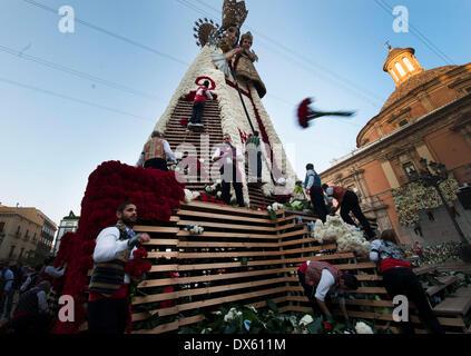 Valencia, Spanien. 18. März 2014. Menschen schmücken die riesige Skulptur der Jungfrau mit Blumen, während die Fallas - Stockfoto