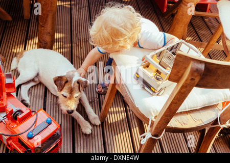 Kleiner Junge spielt mit Jack Russel Terrier und Fahrzeug Spielzeug, erhöht, Ansicht - Stockfoto