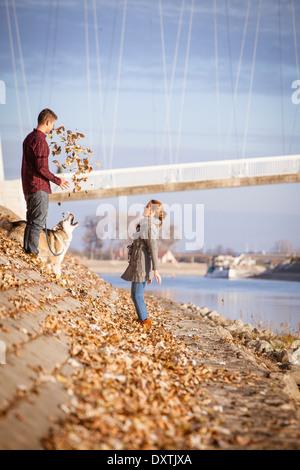 Paar mit Hund im Freien, Kroatien - Stockfoto