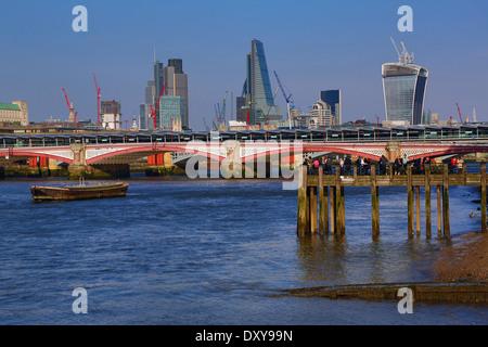 Holzsteg im Oxo Tower Wharf an der Themse mit Blackfriars Bridge und die Skyline der City of London in London, England - Stockfoto