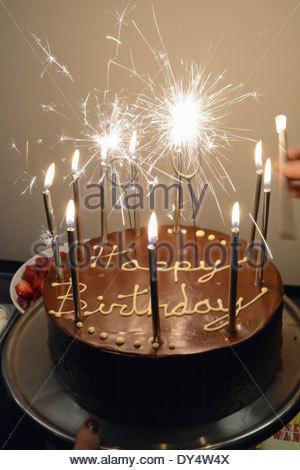 Schokolade Geburtstagstorte mit Kerzen und Wunderkerzen - Stockfoto