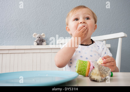 Baby Boy Cupcake Essen - Stockfoto