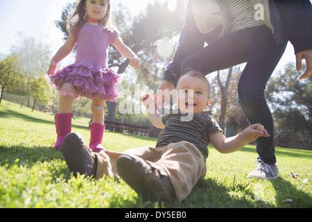 Geschwister spielen im park - Stockfoto