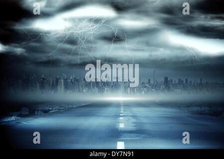 Gewitterhimmel mit Tornado über Straße - Stockfoto