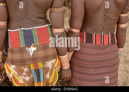 Hamer Frauen mit Armbänder bei einem Stier springen Zeremonie in der Nähe von Turmi im Omo-Tal, Äthiopien - Stockfoto