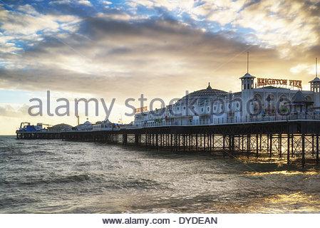 Winter-Sonnenuntergang über Pier von Brighton an der Südküste. - Stockfoto