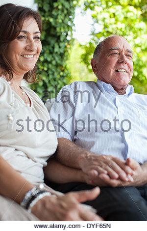 Paar halten die Hände auf Terrasse - Stockfoto
