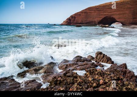 Roten Bögen im Atlantik Küste, Legzira Strand, Sidi Ifni, Marokko, Nordafrika - Stockfoto