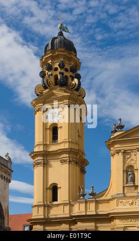 Der Südturm der Theatinerkirche, München, Bayern, Deutschland. - Stockfoto