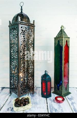 Glas und Bronze farbigen Metall-Laternen mit Kerzen und Korb mit Termine - Stockfoto