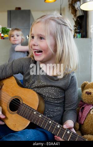 Junges Mädchen spielen Akustikgitarre - Stockfoto