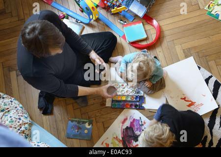 Vater und Söhne Malerei auf Etage - Stockfoto