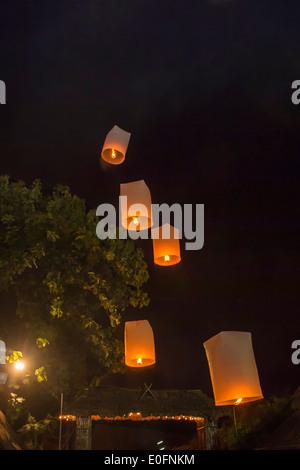 Freisetzung von Himmelslaternen während einer Licht-Festival, Chiang Mai, Thailand - Stockfoto