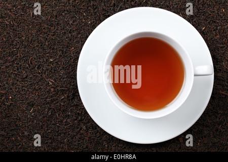 Schwarzer Tee in einer Tasse mit vielen Textfreiraum - Stockfoto