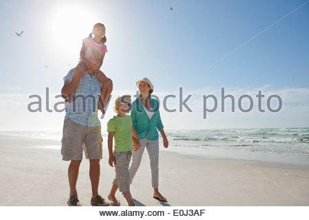 Großeltern und Enkelkinder zu Fuß am Sonnenstrand - Stockfoto