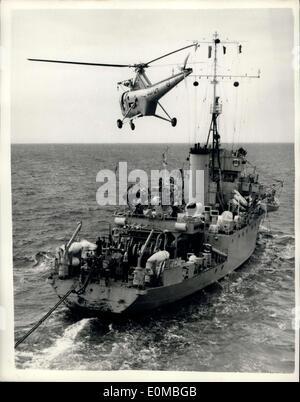 22. Juli 1954 - The Navy fliegende Postbote Hubschrauber liefert Mail Schiffe In Nato ausüben: A Fleet Air Arm Hubschrauber - Stockfoto