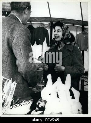 2. Februar 1961 - Königin geht an ihrem Geburtstag - am Badminton einkaufen: die Königin, die heute ihren 35. Geburtstag - Stockfoto