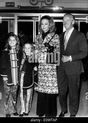 Schauspieler David Niven mit seiner Familie bei einer Filmpremiere - Stockfoto