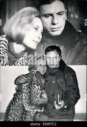 """29. Februar 1964 - während der Dreharbeiten zu des Films '' Les Pas Perdus""""Michele Morgan ihren Geburtstag feierte. - Stockfoto"""