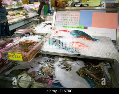 Frischer Fisch auf dem Kosetsu Ichiba Markt aus Kokusai Street, Naha City, Okinawa, Japan - Stockfoto