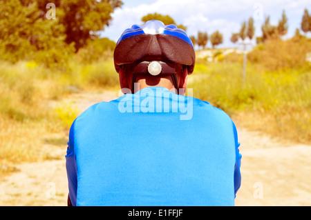 ein junger Mann auf einem Mountainbike auf einer unbefestigten Straße - Stockfoto