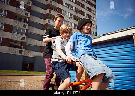 Jungen geben zwei Freunde eine Fahrt auf Fahrrad - Stockfoto