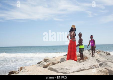 Mutter und Kinder freuen sich über Meer - Stockfoto