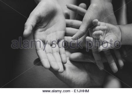 Schwarz / weiß Bild der Eltern und der weibliche Kleinkinder Hände - Stockfoto
